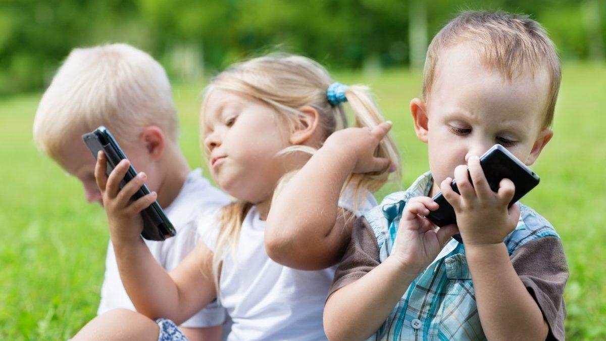 گوشی های هوشمند چه تاثیری بر سلامت ذهنی و روان کودکان دارند؟
